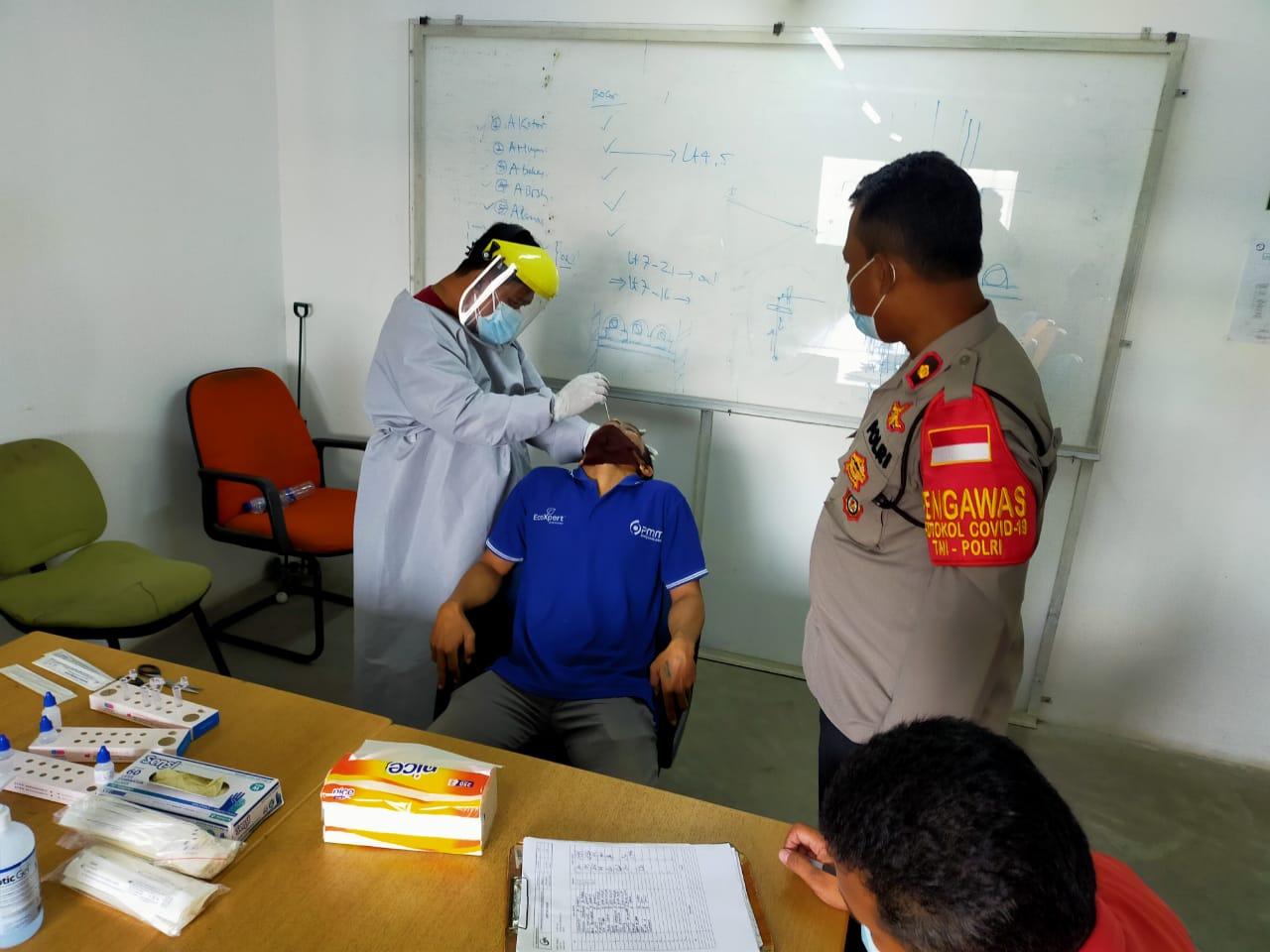 Pelaksanaan swab antigen bagi karyawan PT. Wijaya Kusuma Contractor di Hotel Nuanza yang berada di Ruko Cikarang Square, Desa Pasirsari, Kecamatan Cikarang Selatan, Kabupaten Bekasi, pada Kamis (27/05/21) pagi.