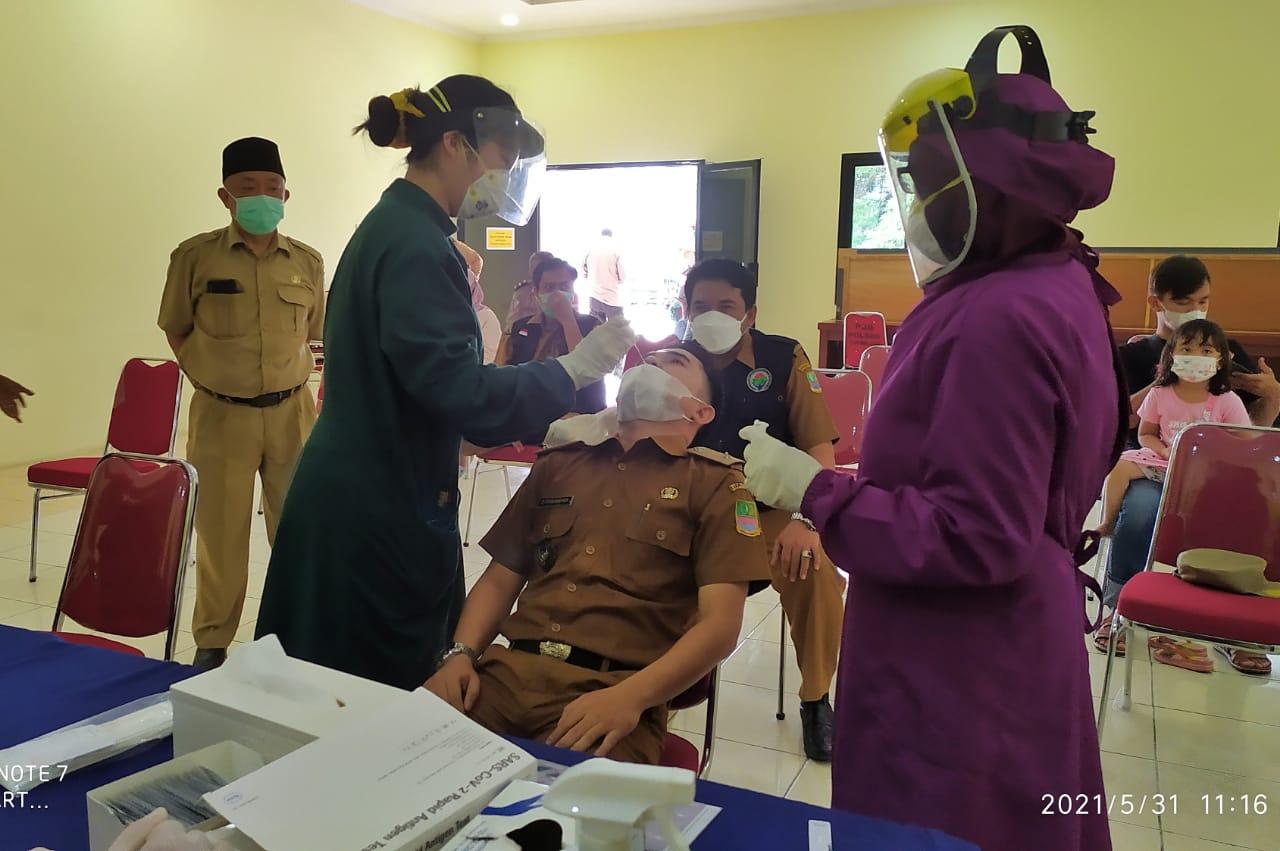 Polsek Tarumajaya Polres Metro Bekasi gandeng petugas kesehatan Puskesmas Tarumajaya melaksanakan swab antigen di Polsek Tarumajaya kepada para Kepala Desa se-Kecamatan Tarumajaya.