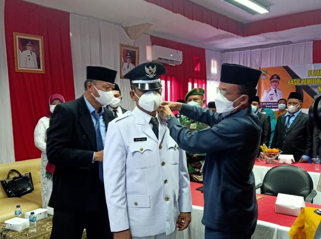 Pelantikan Kades Terpilih Sarino menjadi Kades Setia Jaya Kecamatan Cabangbungin oleh Camat Cabangbungin di Aula Kecamatan, Kamis (27/05/21).