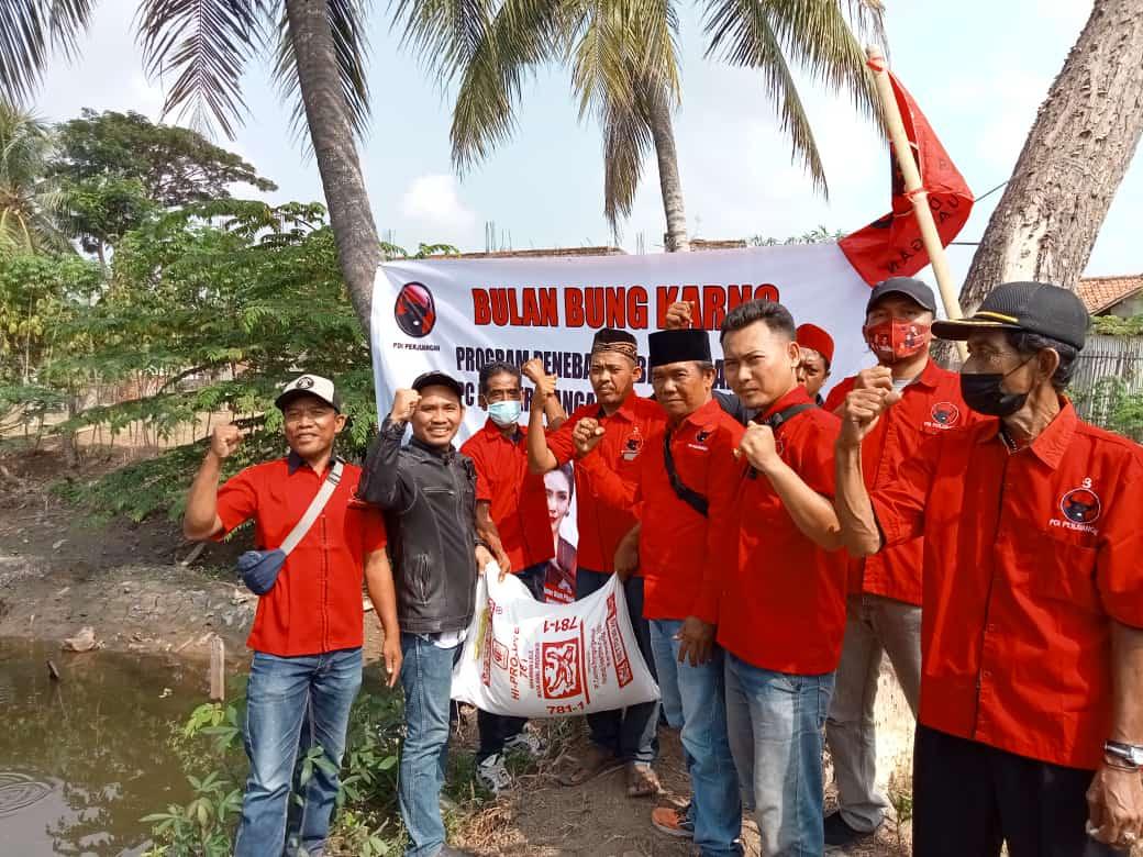 Ketua PAC PDIP Kecamatan Sukakarya Santo, saat tebar benih di Kampung Pulo Gelatik Desa Sukaindah Kecamatan Sukakarya, Minggu.(06/06/21)