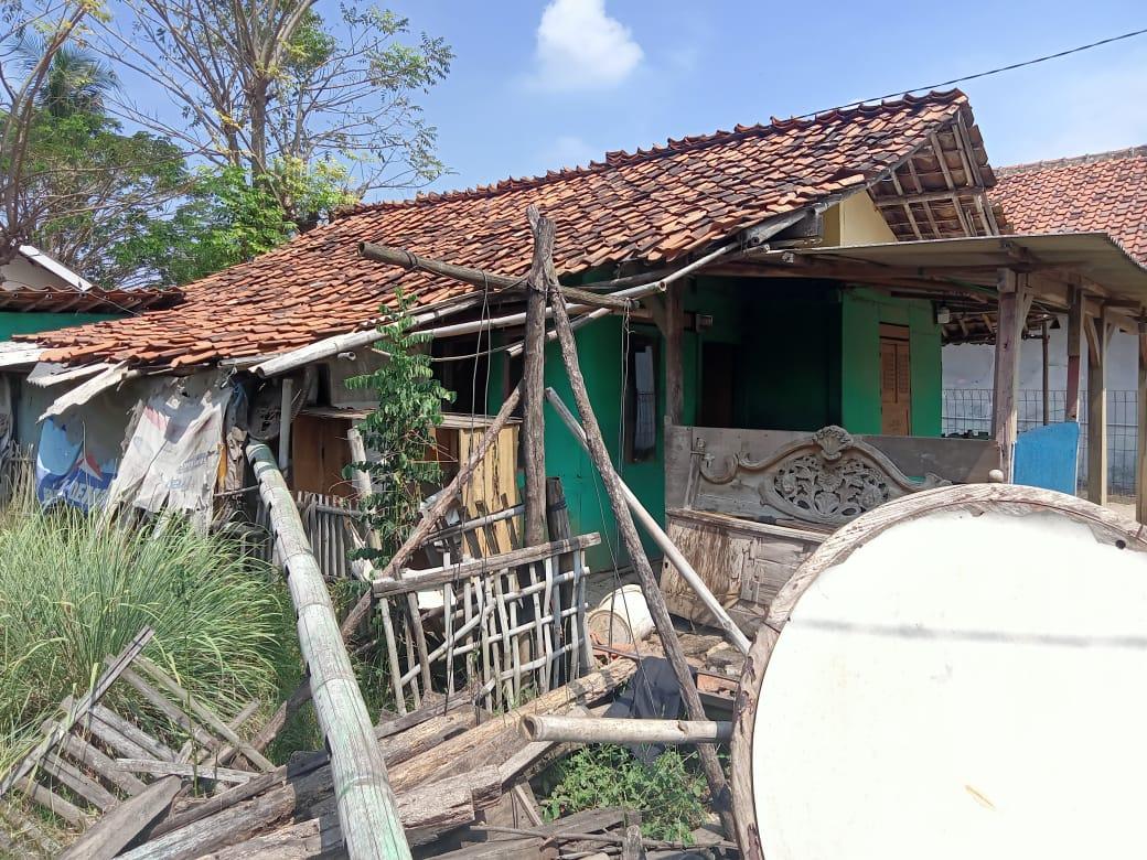 Nenek Warsih (70) warga Kampung Pulo Panjang kresek RT 02 RW 01 Desa Sukamakmur, Kecamatan Sukakarya, Kabupaten Bekasi