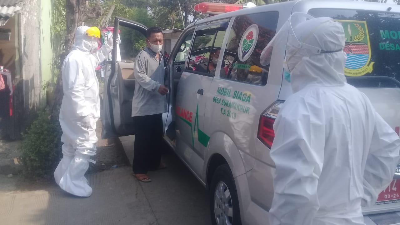 Penjemputan pasien positif di Kampung Pembetokan Desa Sukamakmur Kecamatan Sukakarya Kabupaten Bekasi.(08/06/21).