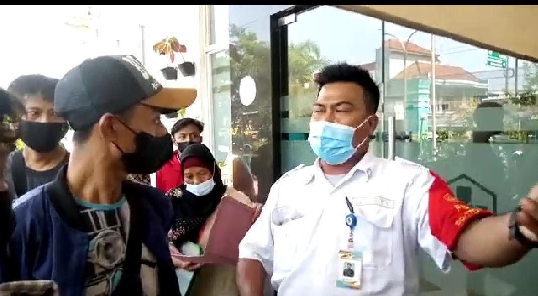 Petugas Keamanan Puskesmas Cikarang Utara saat mengusir para wartawan yang sedang liputan, Senin (08/06/21).