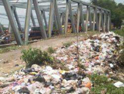 Bahu Jalan Provinsi di Majalengka penuh sampah, ini salah siapa?