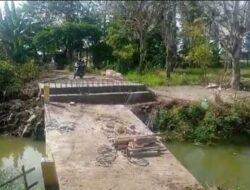 Jembatan Kalen Tengah Rawan Ambruk, Kades di Muaragembong Ancam Lapor APH