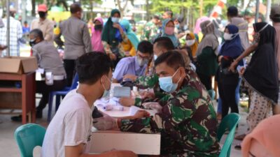 HUT TNI ke 76, TNI Bersama Muspika Tarumajaya Gelar Vaksinasi Masal